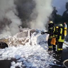 Pkw brennt vollständig aus