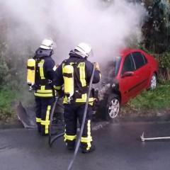 Motorraum geht nach Unfall in Flammen auf