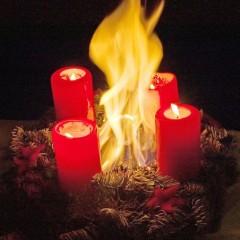 Rauchwarnmelder warnen vor brennendem Adventsgesteck