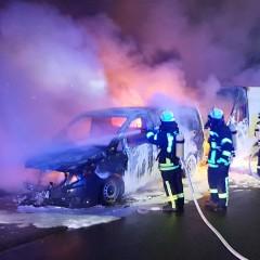 Vier Kleintransporter in Flammen